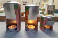 Obr. 6 - vytvoříme si z plechovek stojánky na barvičky a do každého dáme svíčku (vyšší se osvědčil lépe)
